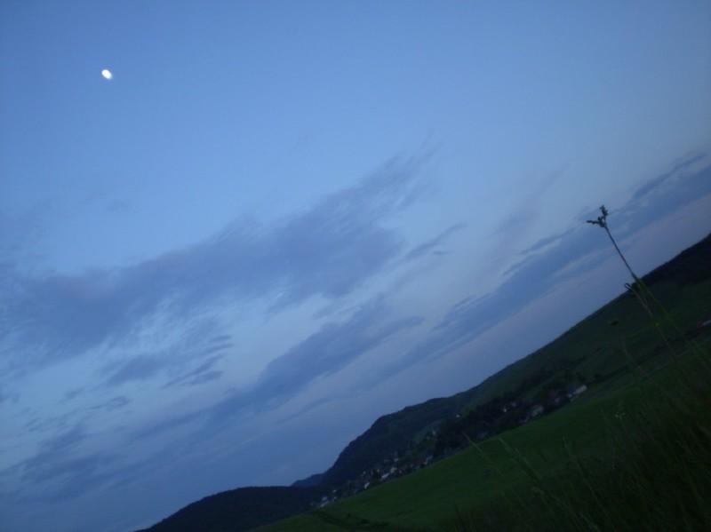 Itt lakom: ilyen nagy az Ég, feli a Hold és néha ilyen furcsán látni innen a Világot :-)