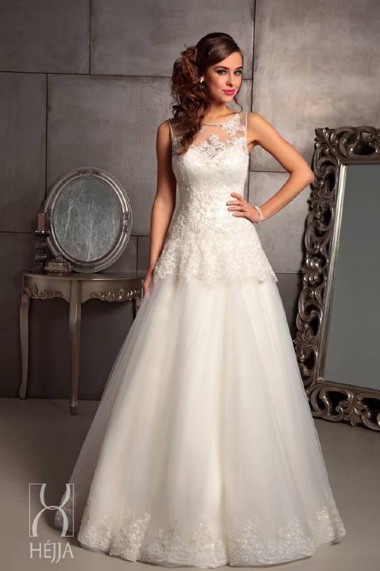 ffdaed16e5 A tipikus körte alkat és molettebb menyasszonyok legidálisabb ruhafazonja  lehet.