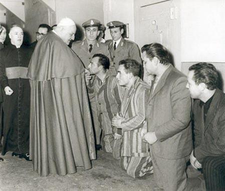 Papa Giovanni XXIII visita i detenuti nel carcere di Regina Coeli a Roma