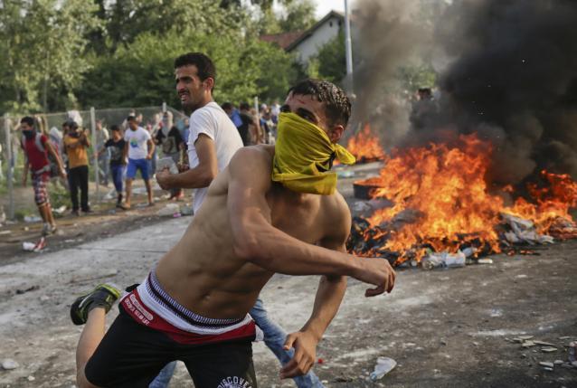 A röszkei határátkelő ostroma - forrás: Reuters