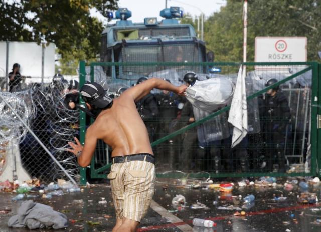 A röszkei határátkelő ostroma. Forrás: Reuters