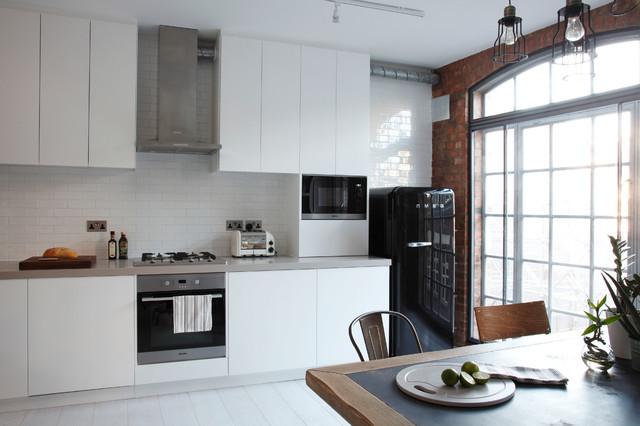 Fehér konyhabútor-SMEG fekete hűtő