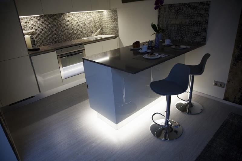 Modern festett magnólia konyhabútor