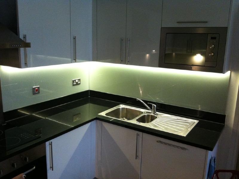Konyhai üveghátfal LED világítással