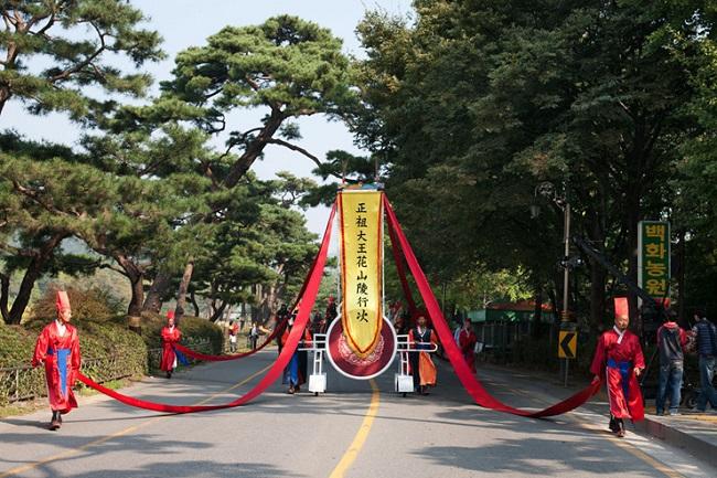 A Joseon dinasztia idejét idéző pompás kosztümök és előadások repítik  vissza a nézőket a dicsőséges múltba