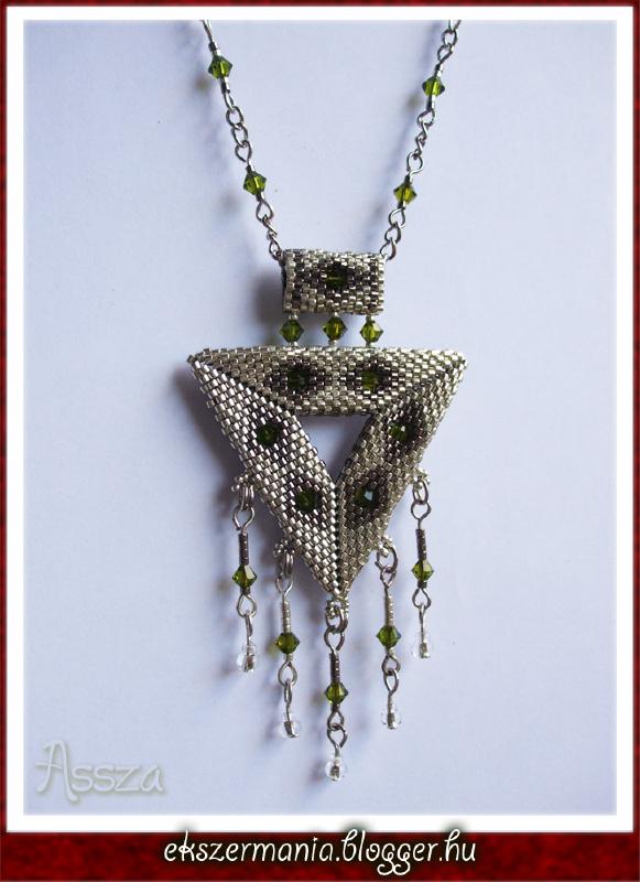 Háromszög medál kristályokkal