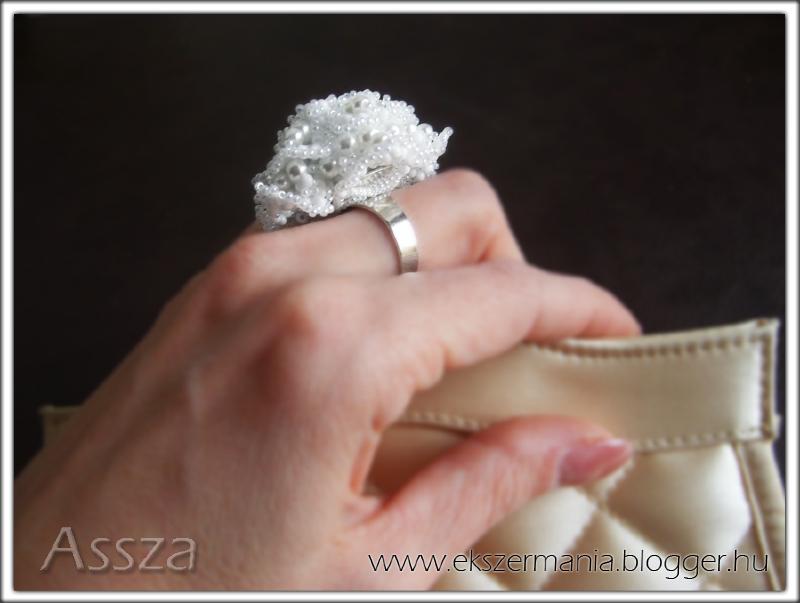 Fehér rózsa gyűrű, gyöngyékszer
