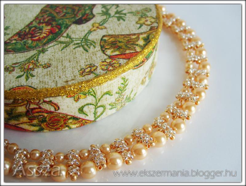 Nyakék arany színű gyöngyökből