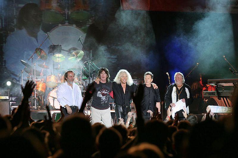 super popular ec581 b67fd 2007-ben az együttes fennállása 45. évébe lépett, amit eredeti tervek  szerint újabb stadionkoncerttel és turnéval ünnepeltek volna.